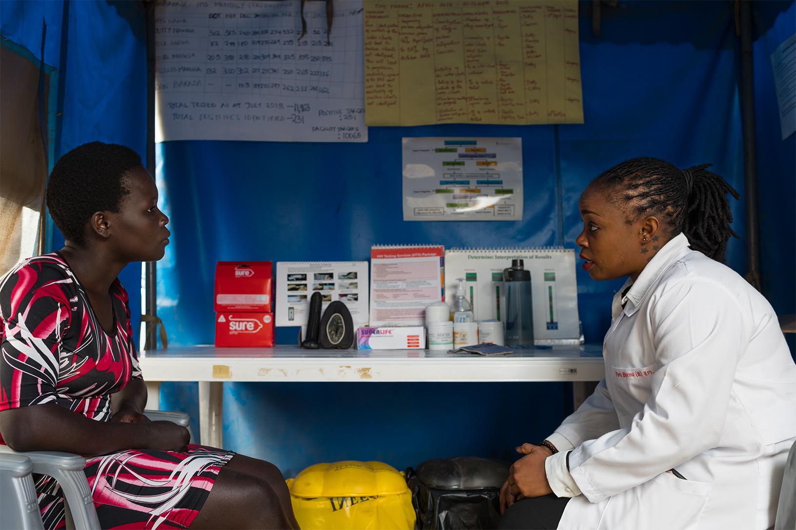Médica em centro de combate à AIDS na África
