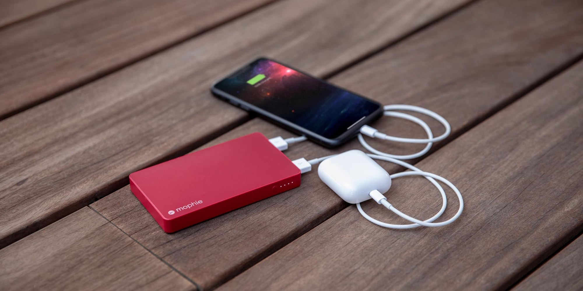 Powerstations recarregando iPhone e AirPods