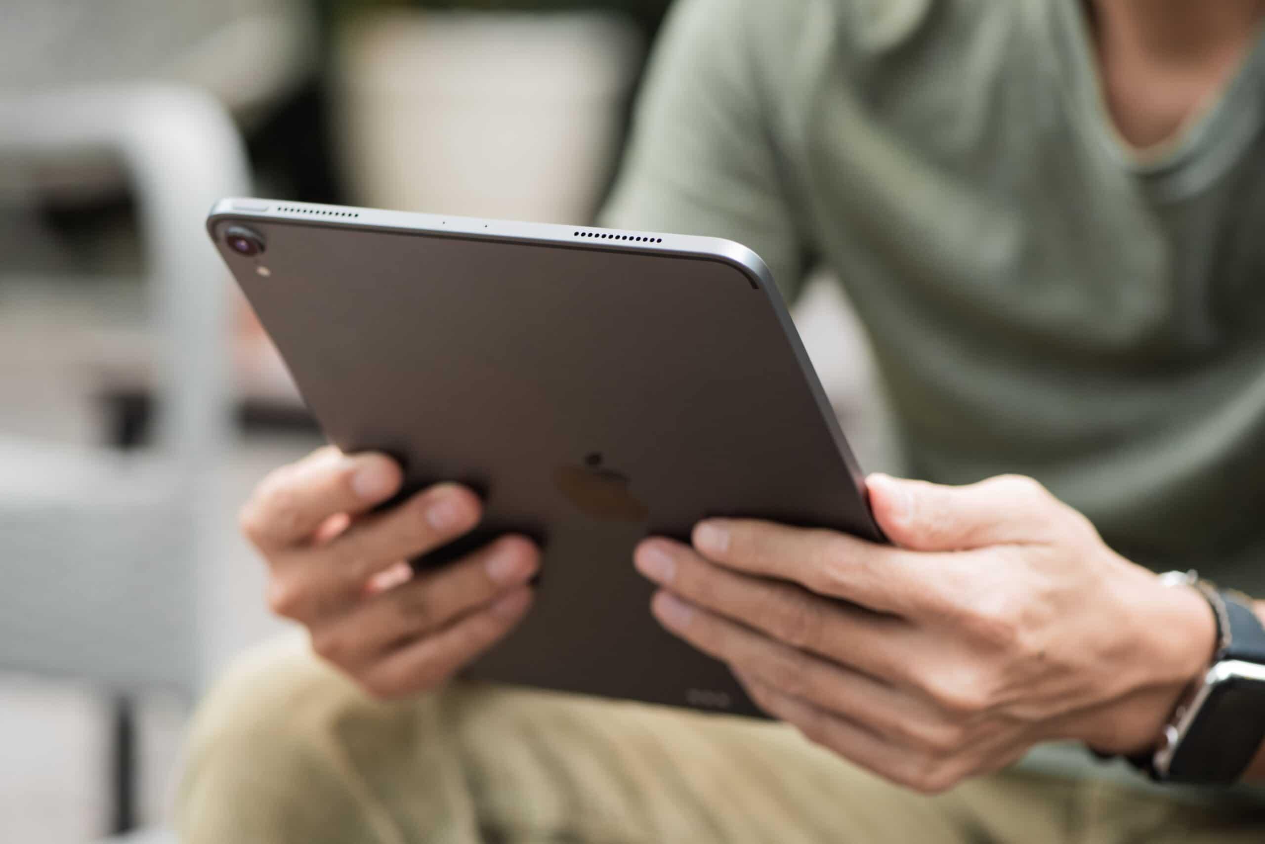 Pessoa segurando e lendo em iPad Pro