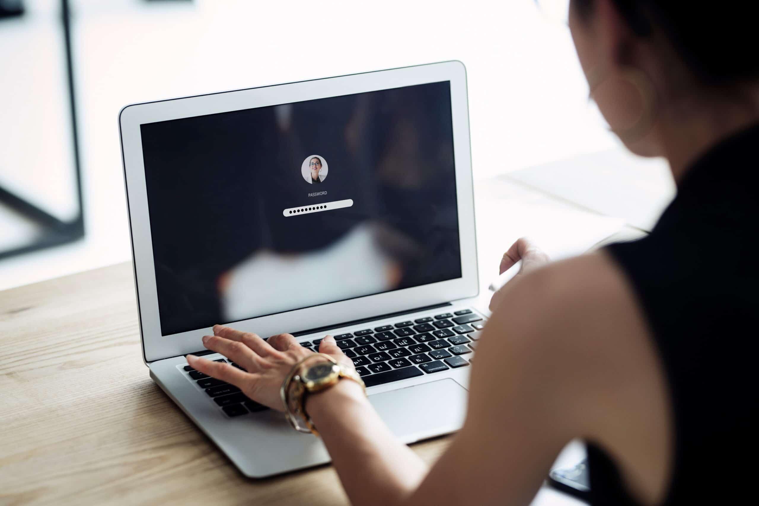 Mulher digitando a senha num MacBook Air