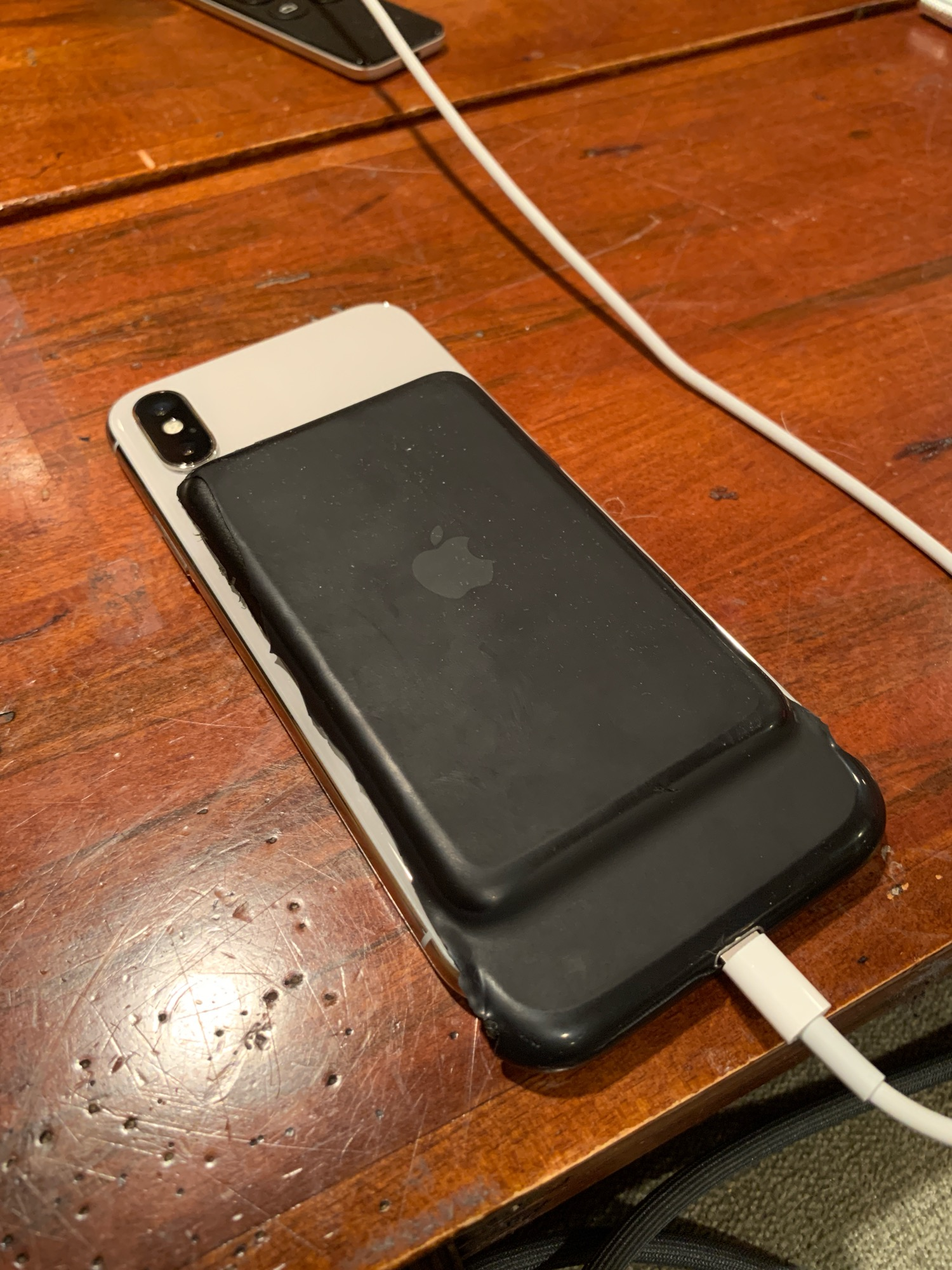 Smart Battery Case cortada para caber num iPhone X