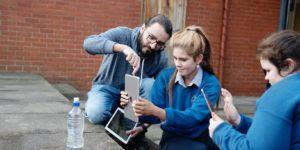 Empregado da Apple faz trabalho voluntário em escola em Cork, Irlanda