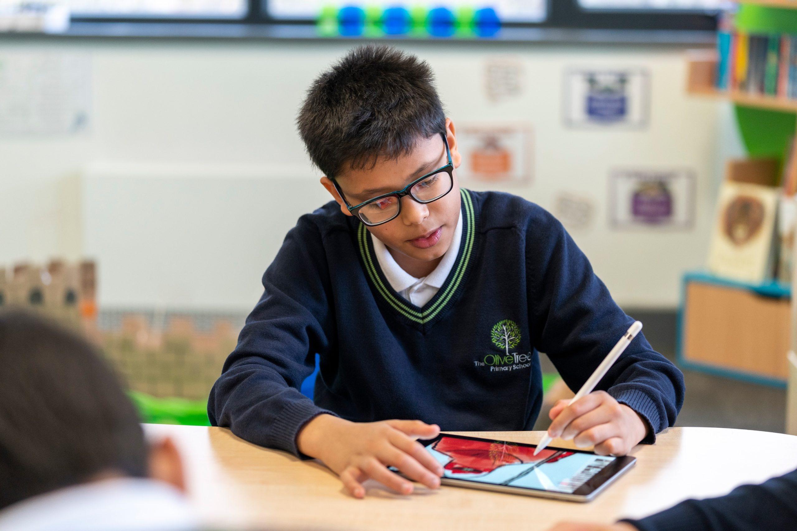 Estudante usando o iPad e a Apple Pencil