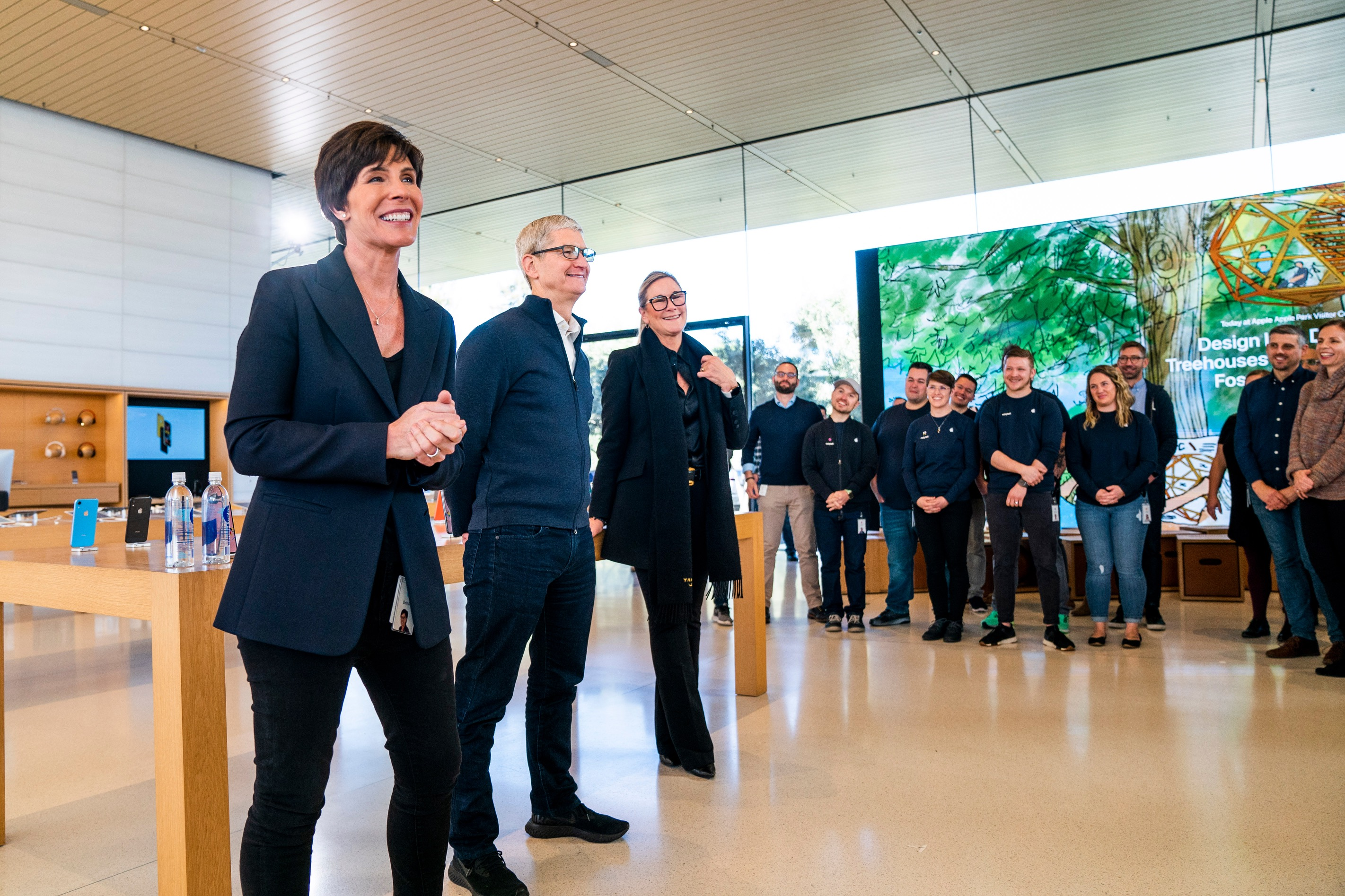 Deirdre O'Brien, Tim Cook e Angela Ahrendts