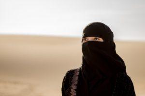Retrato de uma mulher da Arábia Saudita no deserto