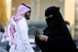 Mulher saudita usando iPhone
