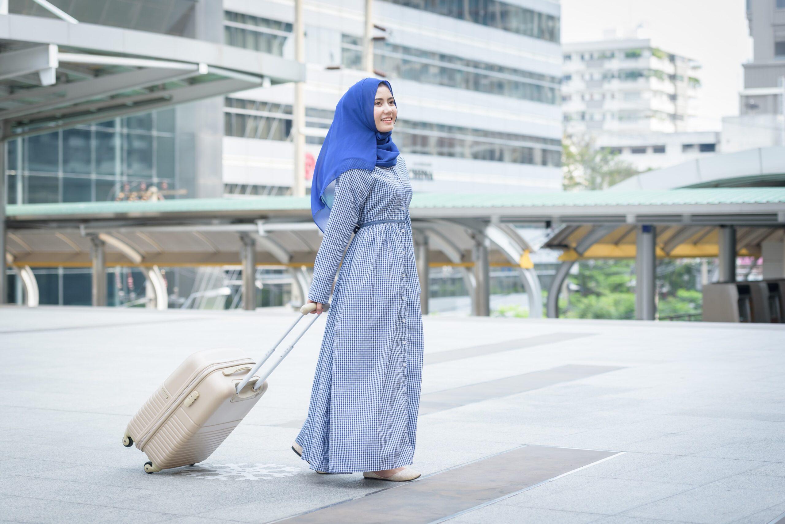 Mulher árabe em aeroporto