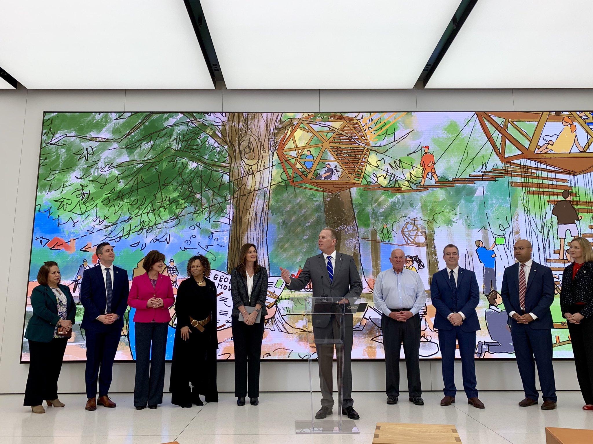 Kevin Faulconer, prefeito de San Diego, anunciando expansão da Apple na cidade na loja Apple UTC