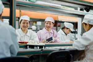 Trabalhadoras numa fornecedora da Apple na China