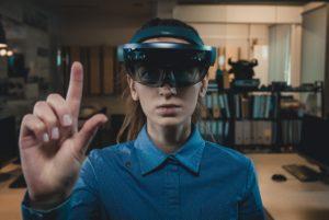 Mulher com óculos de AR/VR