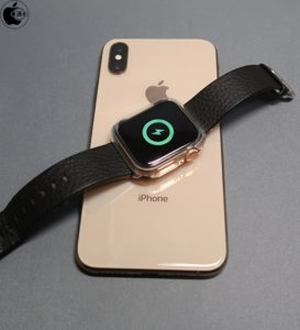 iPhone recarregando um Apple Watch