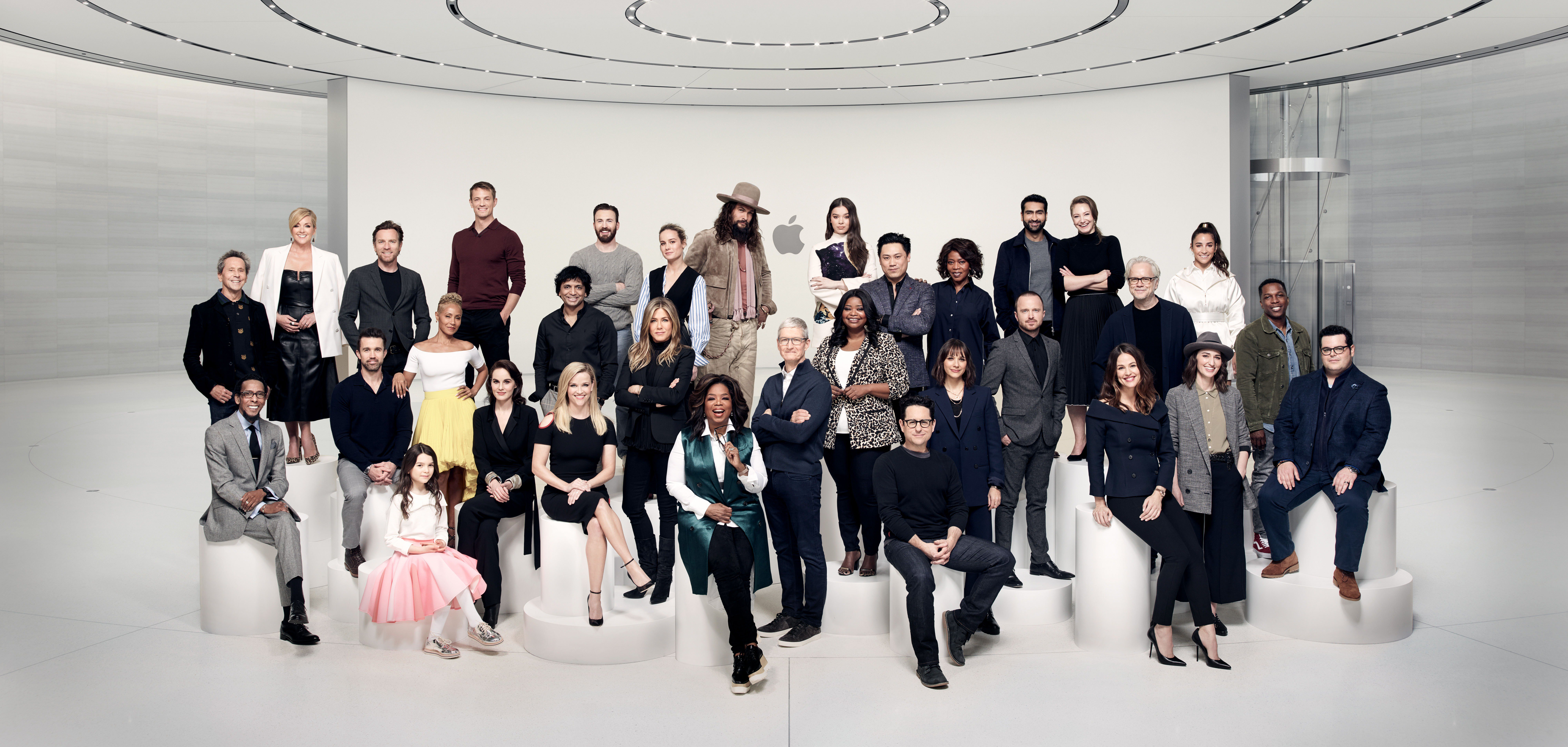 Artistas e executivos de Hollywood do Apple TV+ com Tim Cook no Steve Jobs Theater