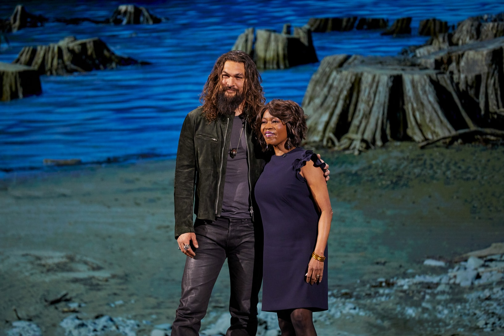 Jason Momoa e Alfre Woodard em evento especial da Apple