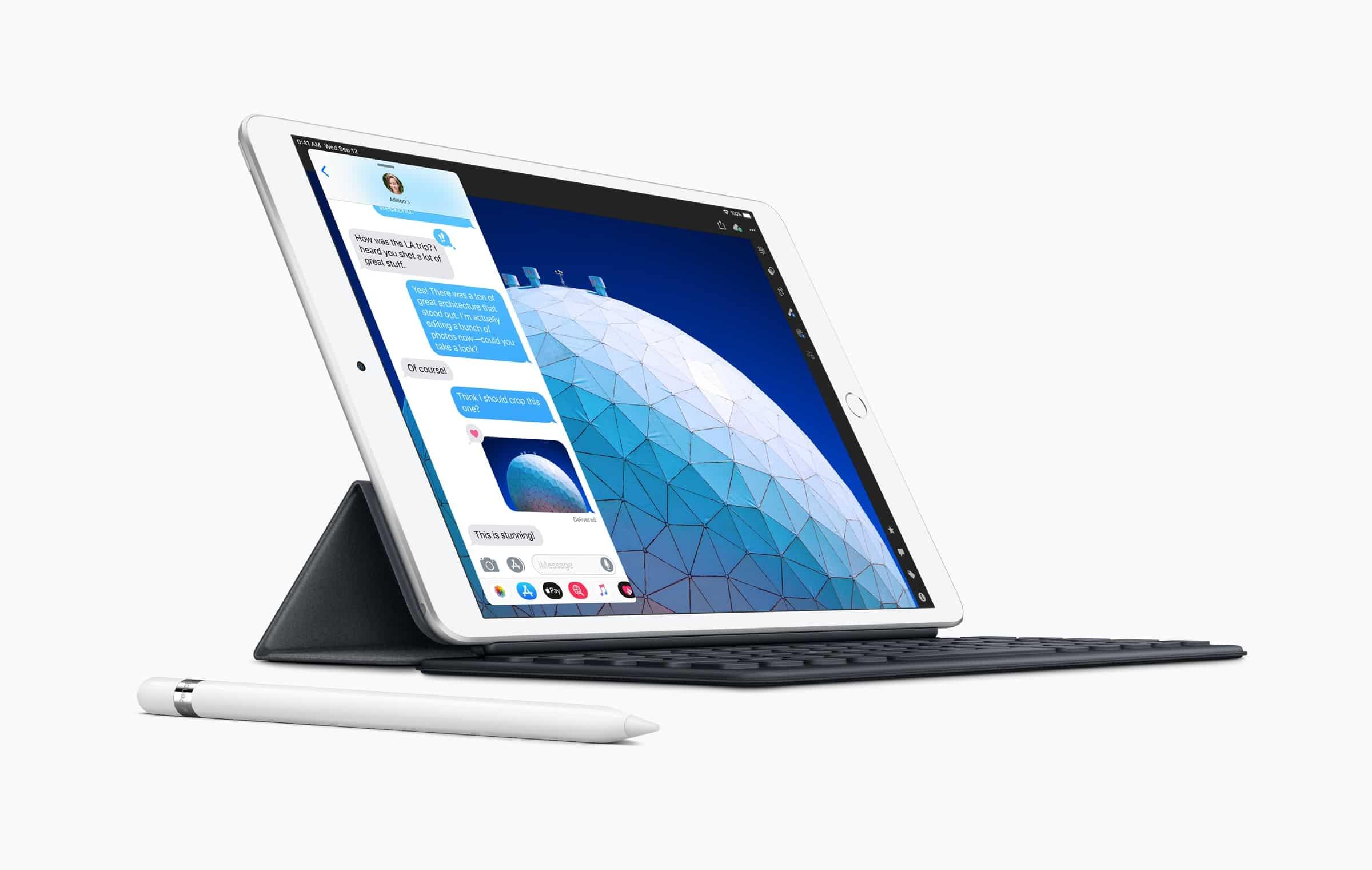 iPad Air de lado com Smart Keyboard e o Apple Pencil sobre a mesa