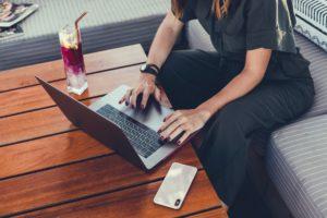 Mulher usando Mac e iPhone