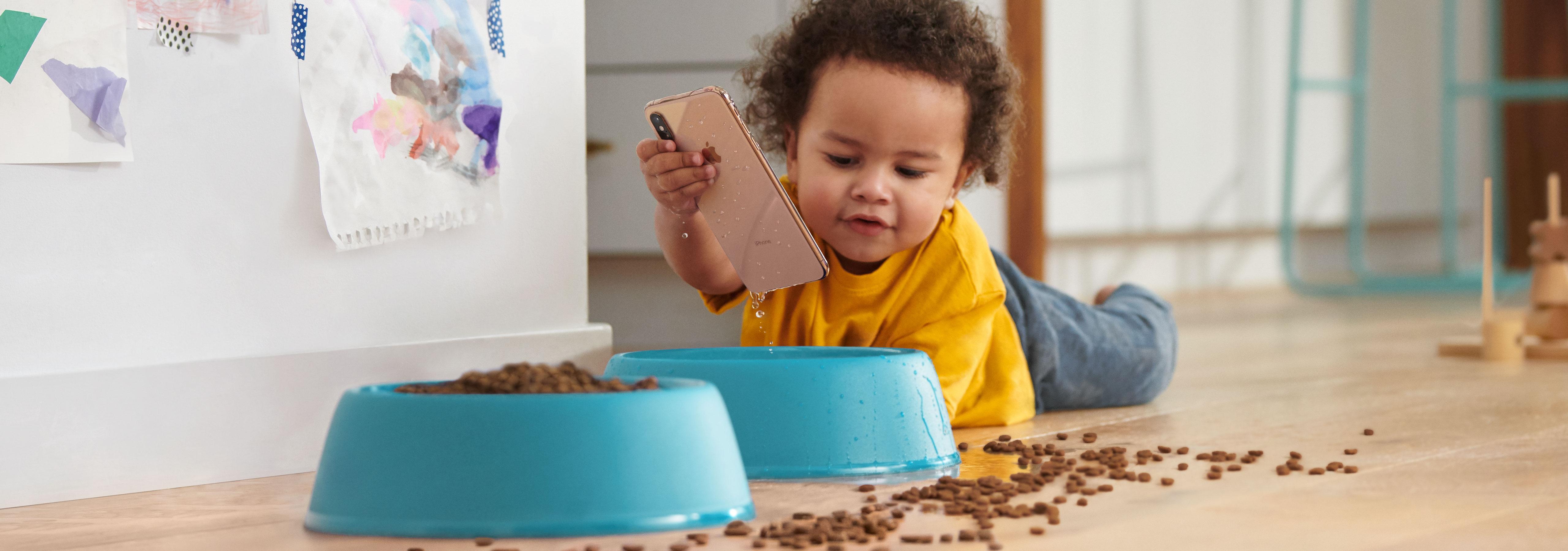 Criança brincando com iPhone