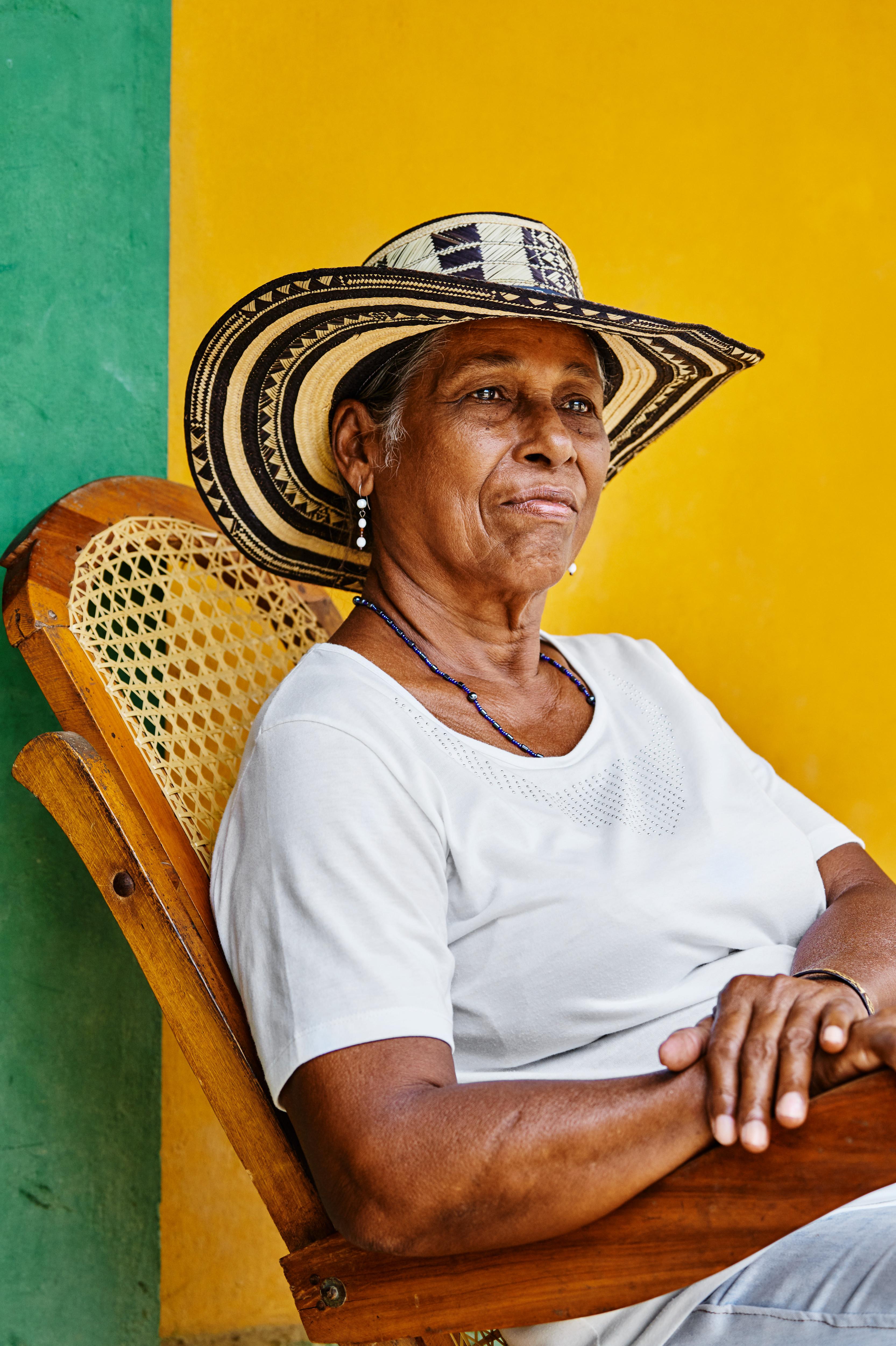 Rosa Pérez, participante de iniciativas de conservação de manguezais na Colômbia apoiadas pela Apple