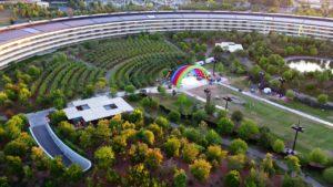 Palco da Apple montado no meio do Apple Park