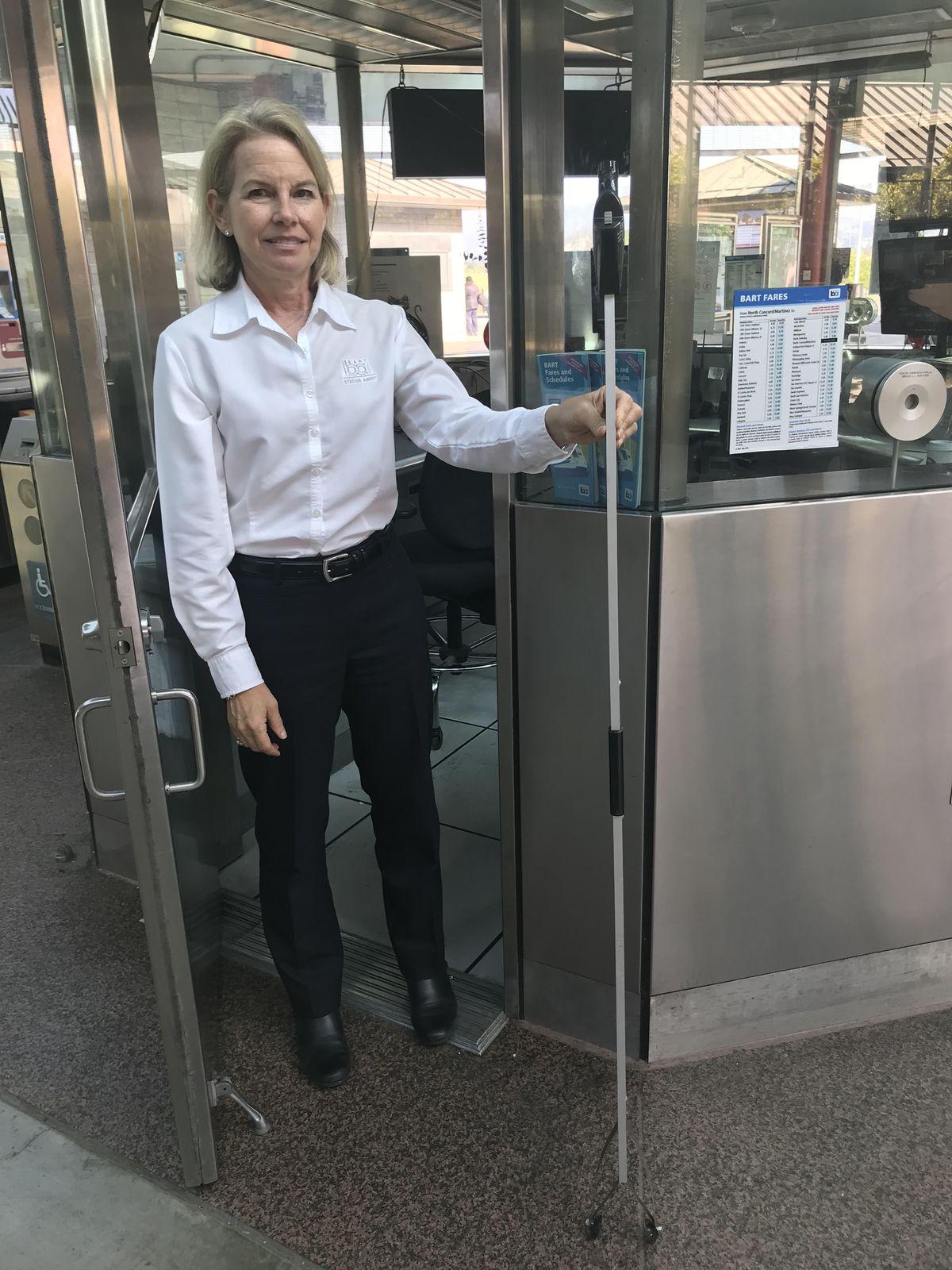 Alicia Trost com ferramenta do BART para pegar AirPods perdidos nos trilhos