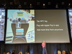 Jennifer Bailey apresentando novo recurso de tags NFC para o Apple Pay