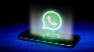 Logo do WhatsApp voando sobre iPhone