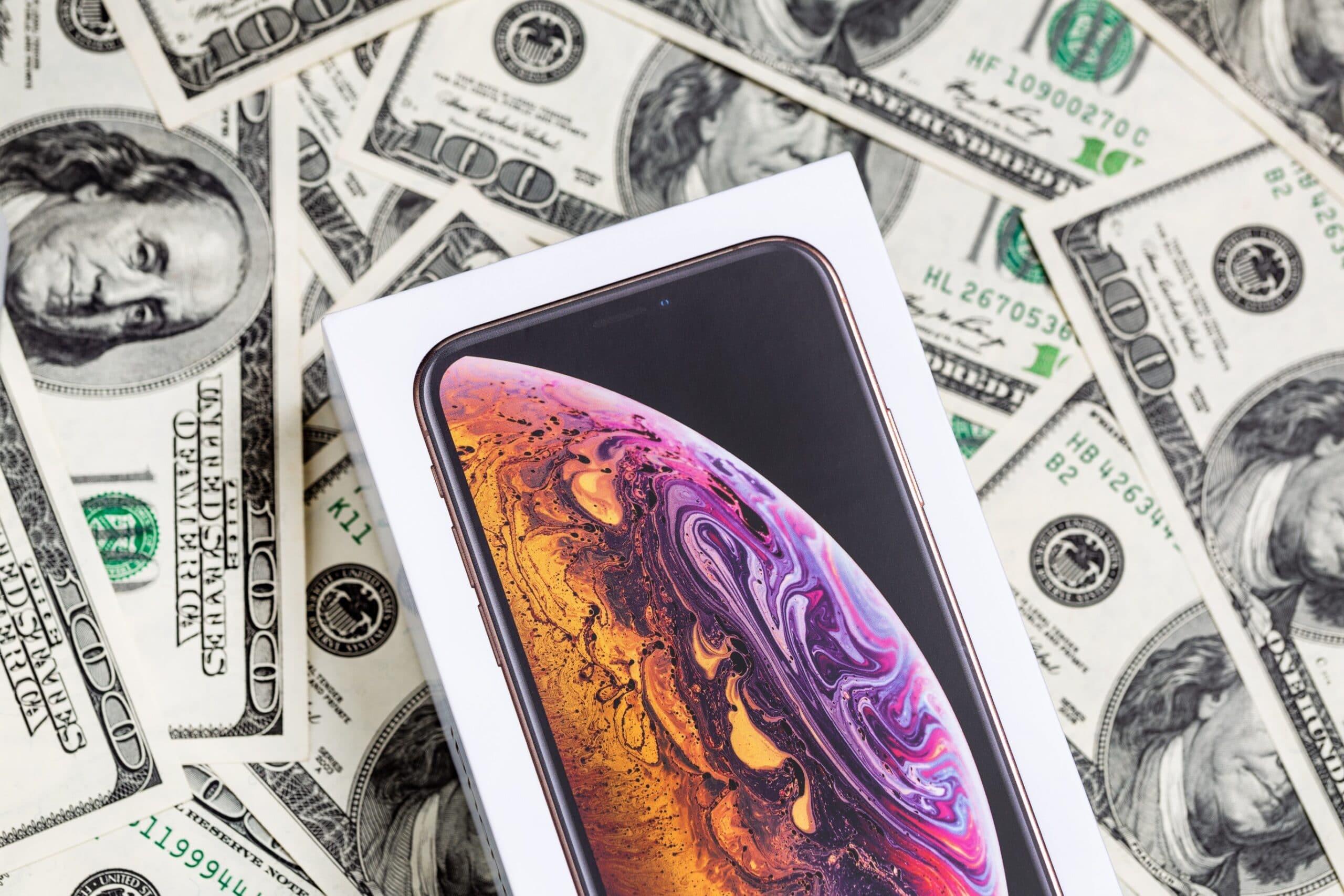 iPhone em cima de notas de dólar