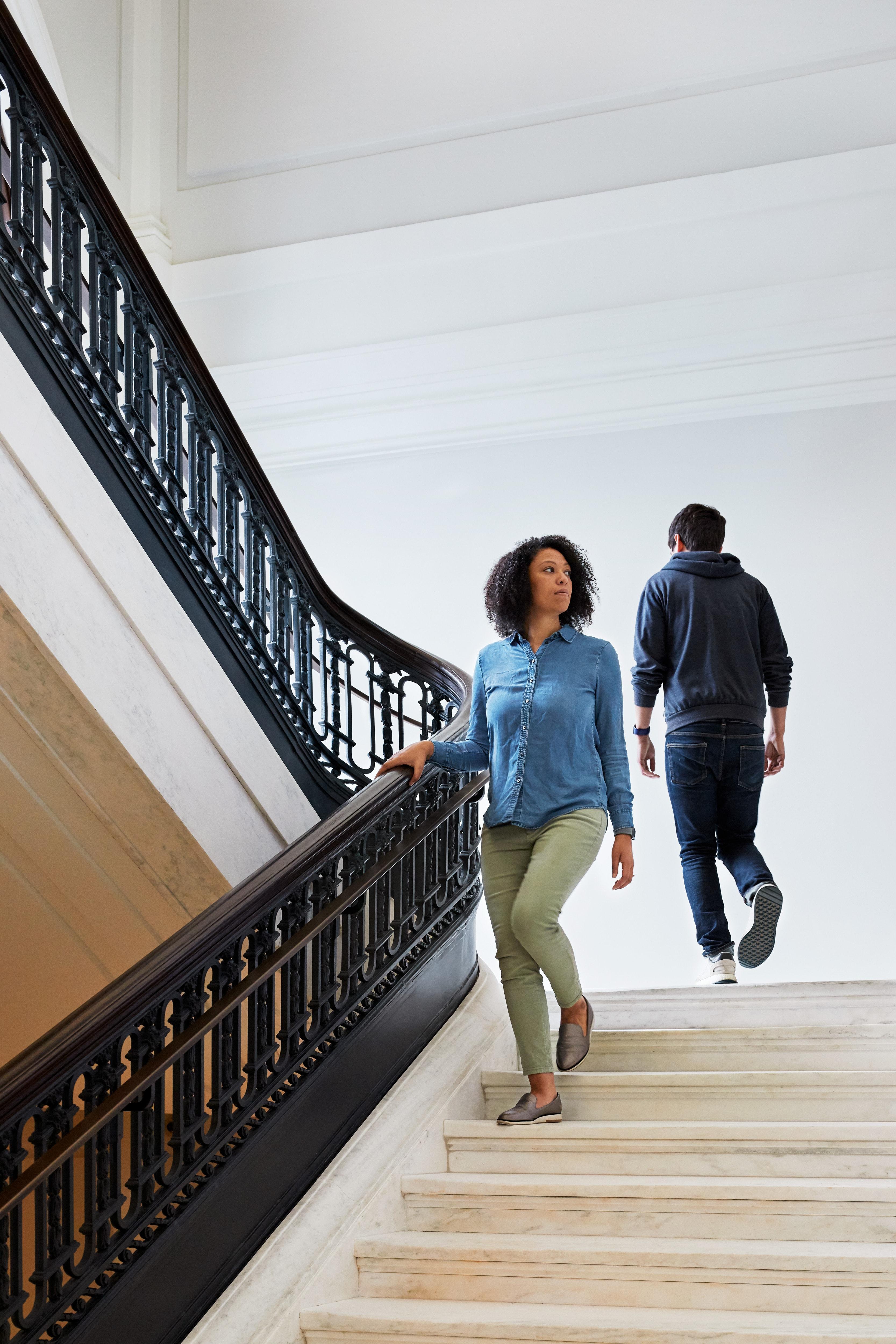 Uma enorme escada para o segundo andar foi preservada em seu estilo original na Apple Carnegie Library
