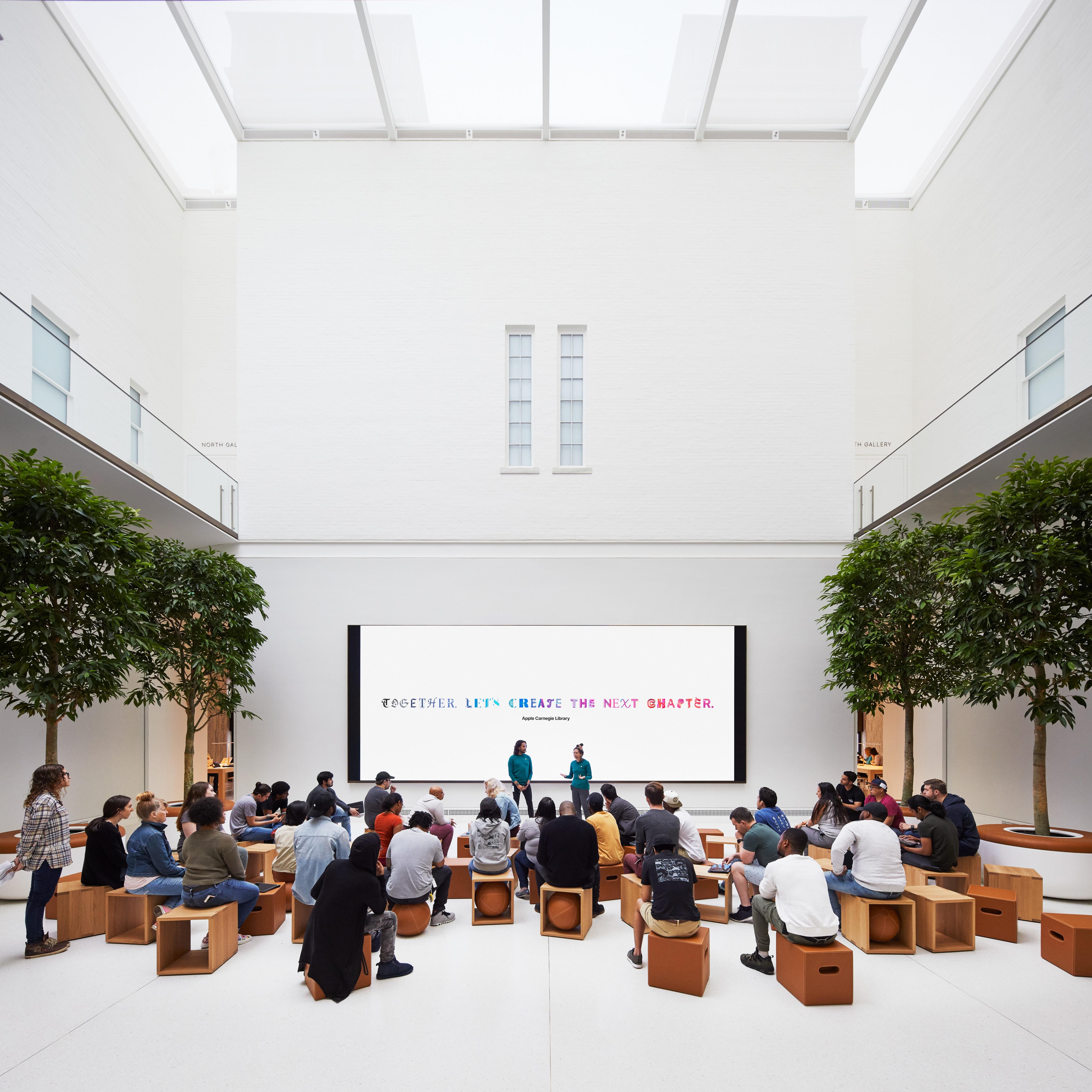 """""""The Forum"""" da Apple Carnegie Library, com pé direito duplo, onde serão realizadas as sessões do Today at Apple"""
