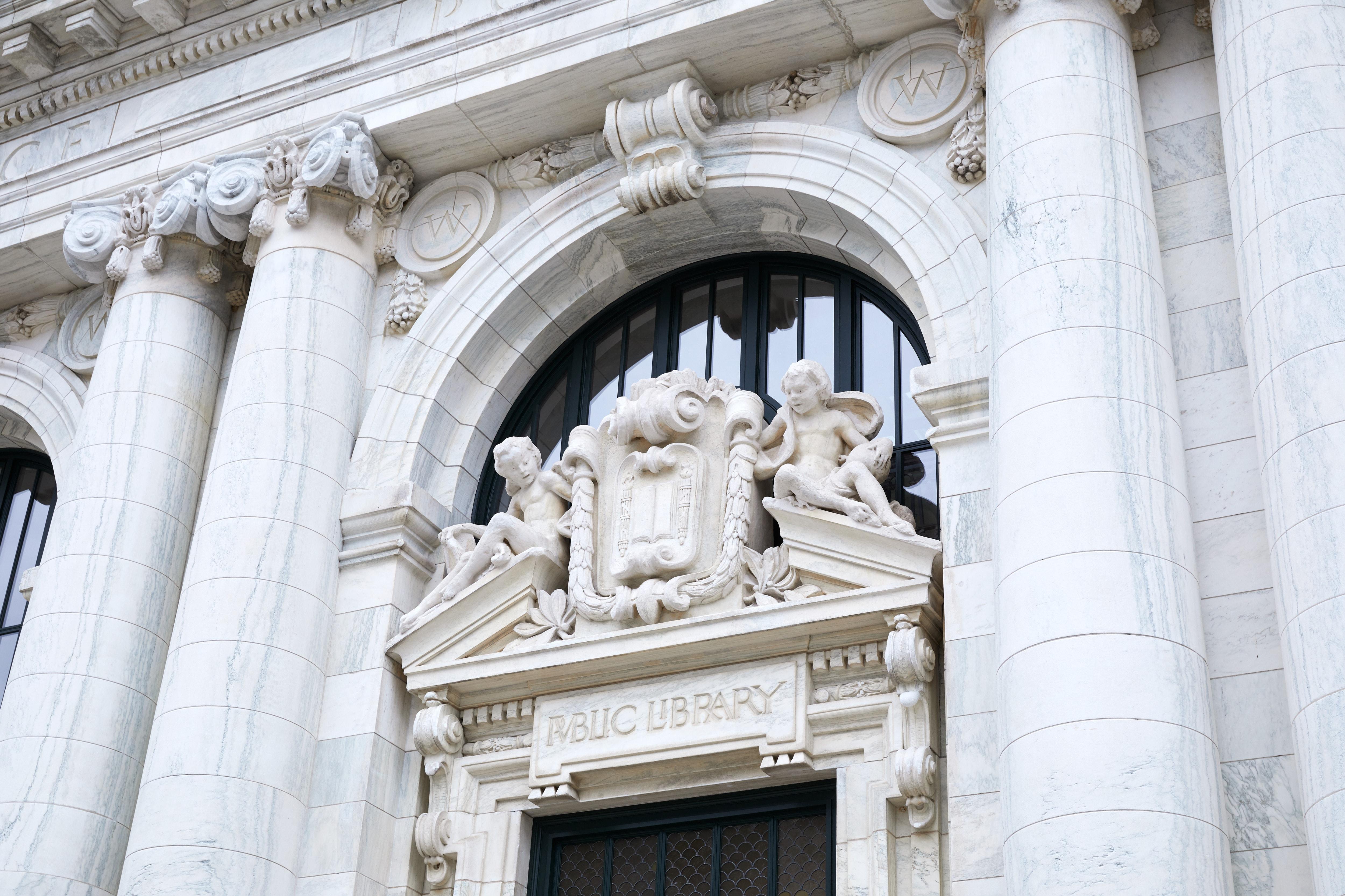Detalhes restaurados do prédio histórico onde fica a Apple Carnegie Library