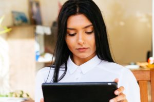 Mulher usando um iPad