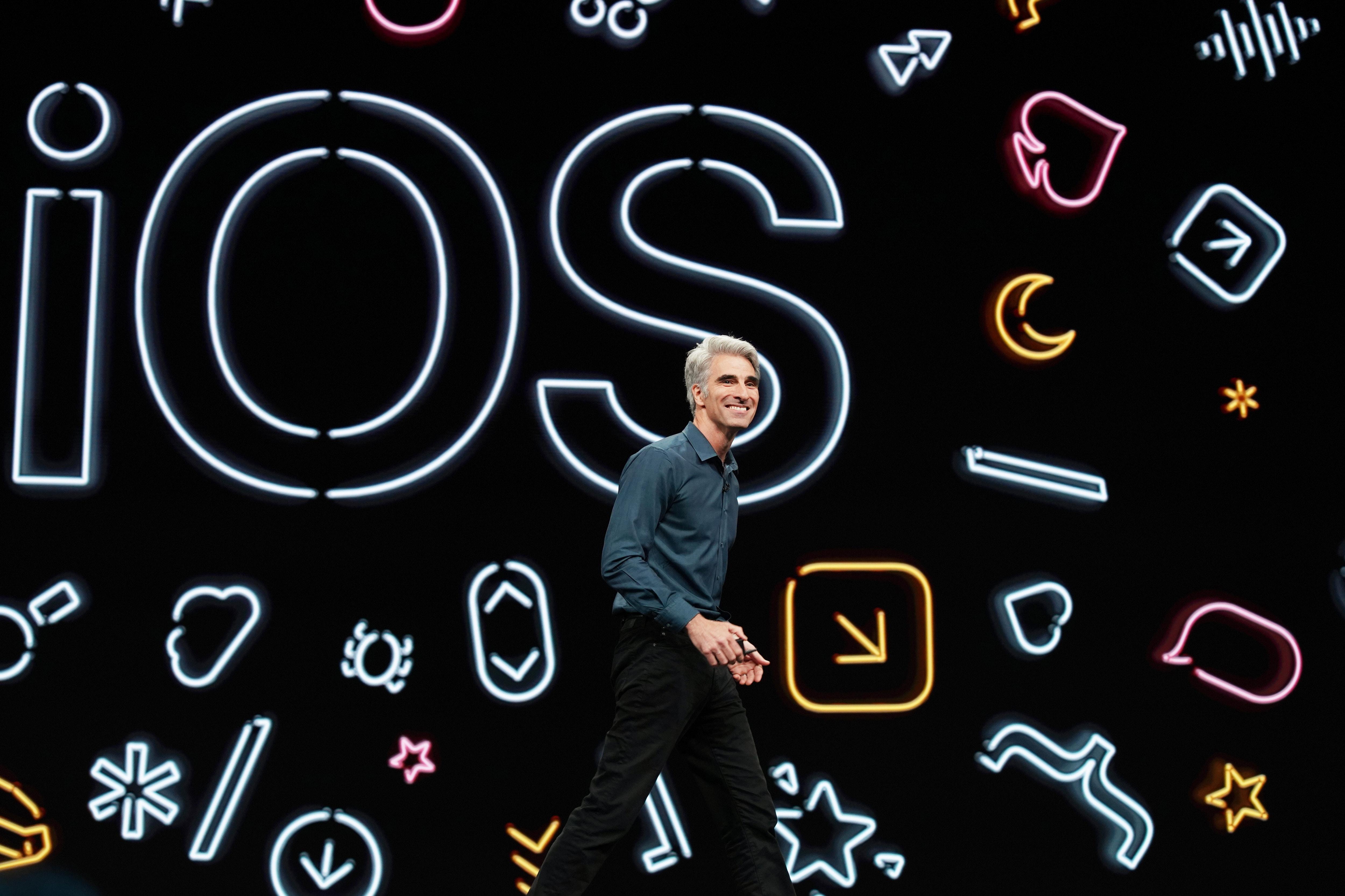Craig Federighi apresentando o iOS 13 na WWDC19