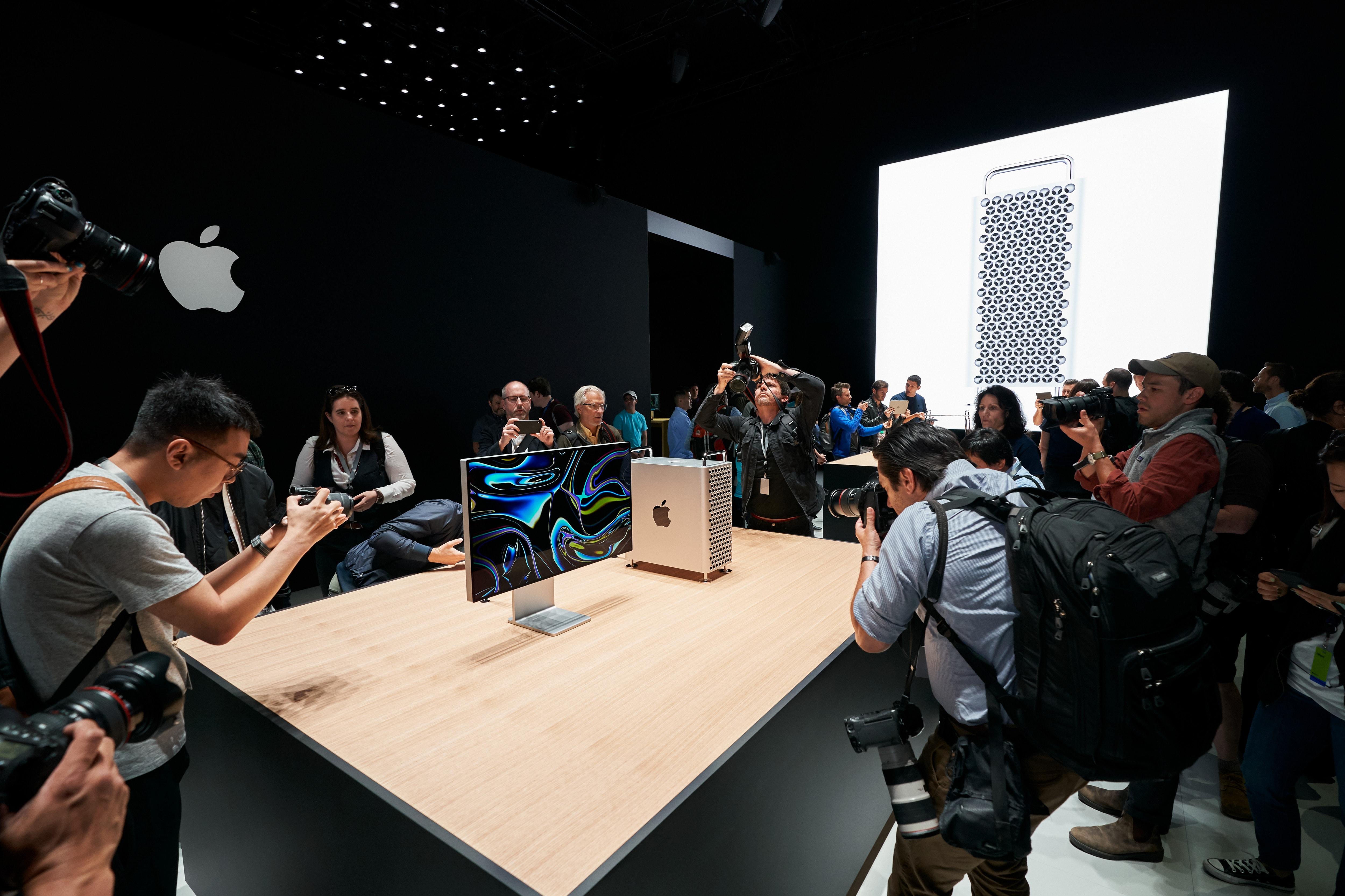 Jornalistas fotografando o novo Mac Pro com o Apple Pro Display XDR na WWDC19