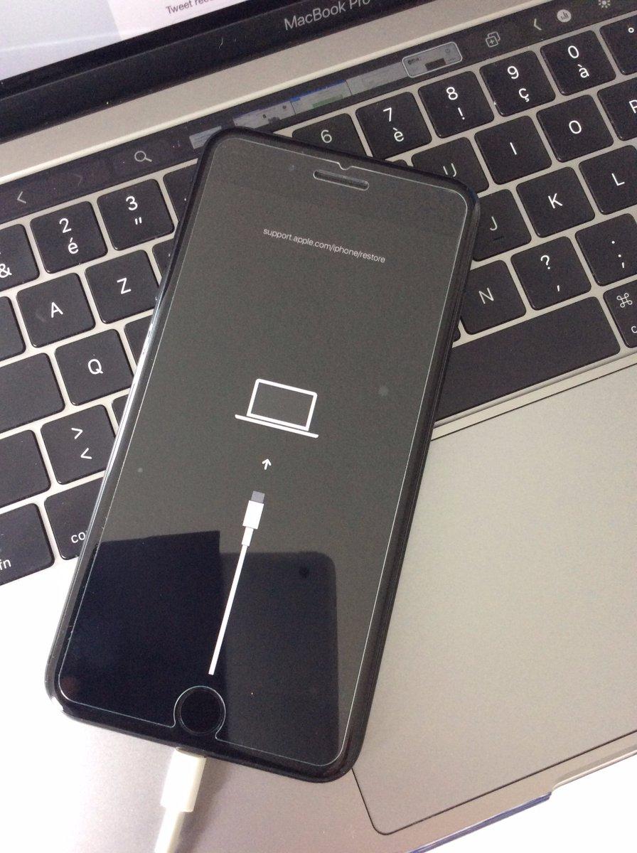Tela de recuperação do iOS 13 exibindo conector USB-C