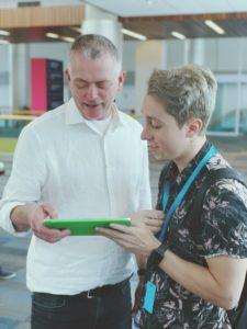 Mostrando um projeto para John Geleynse, Diretor de Evangelista de Tecnologia e Experiência do Usuário da Apple