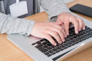 Homem digitando em MacBook Pro