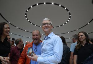 Jony Ive e Tim Cook no lançamento do iPhone X