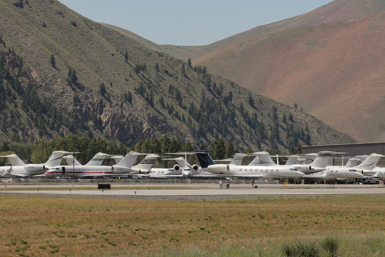 Jatos particulares estacionados no aeroporto próximo a conferência anual de mídia Allen and Co. Sun Valley, em Sun Valley (Idaho, EUA)