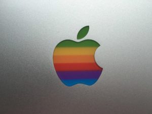 Logo de arco-íris da Apple num MacBook