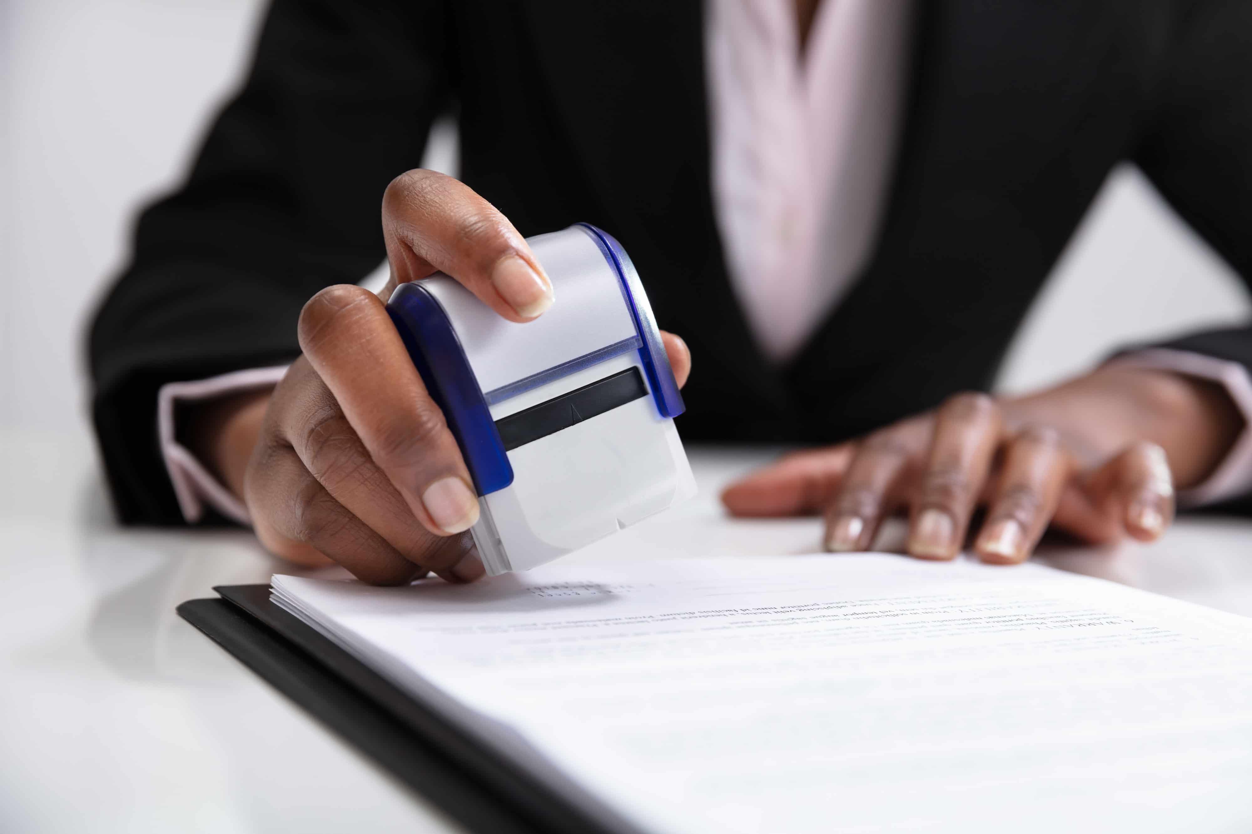 Carimbando assinatura em contrato