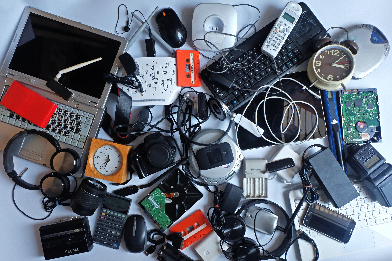 Pilha de eletrônicos antigos