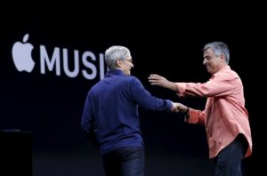 Tim Cook e Eddy Cue em keynote do Apple Music (2015)