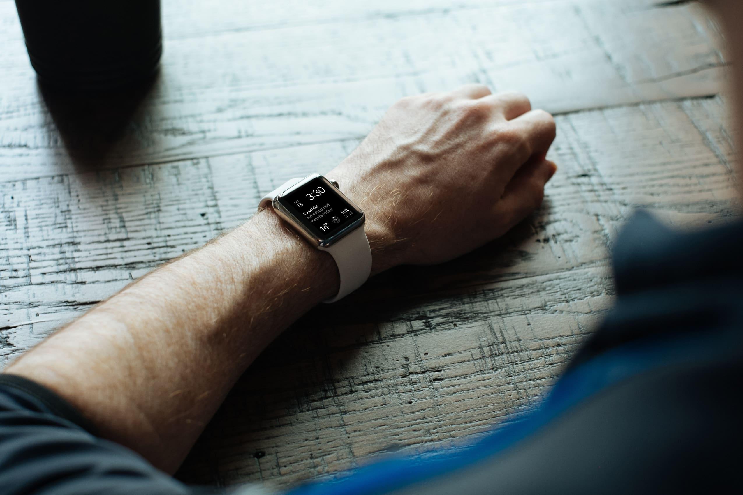 Homem usando Apple Watch