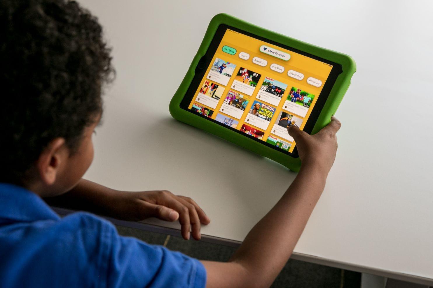 Criança usando app em iPad