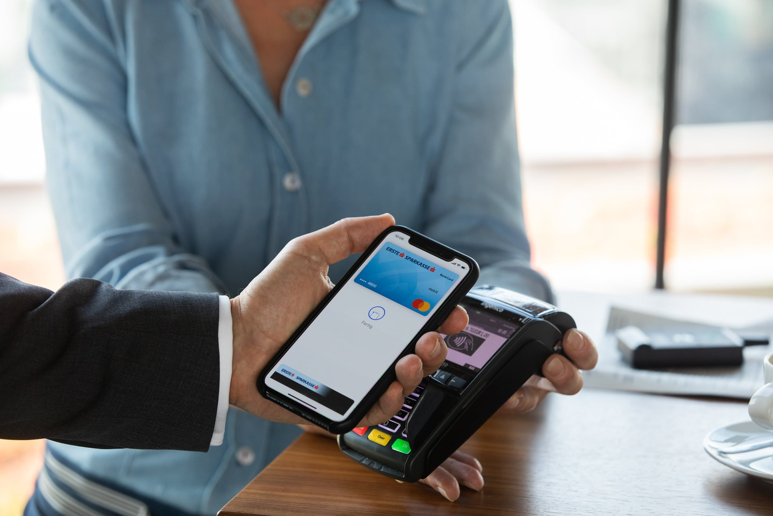 iPhone sendo usado para compra com o Apple Pay
