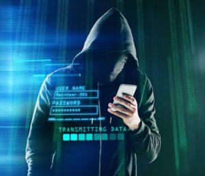 Hacker usando um celular