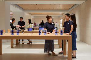 Vendedores e clientes na Apple Marunouchi