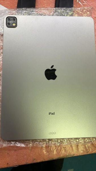 Mockup do iPad Pro com três câmeras