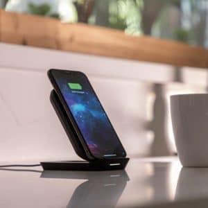 iPhone na base carregadora da mophie