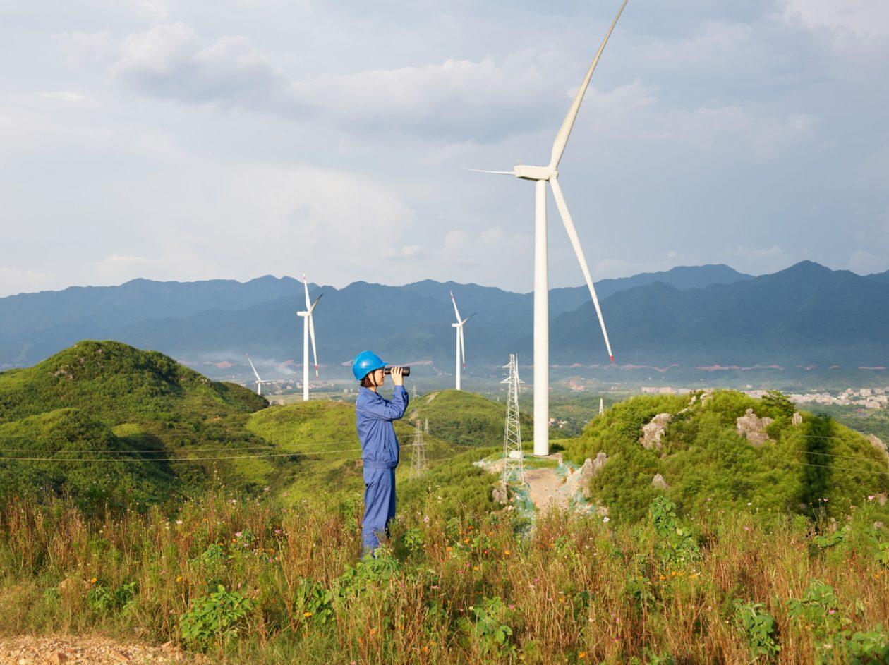 Funcionário de parque eólico na China