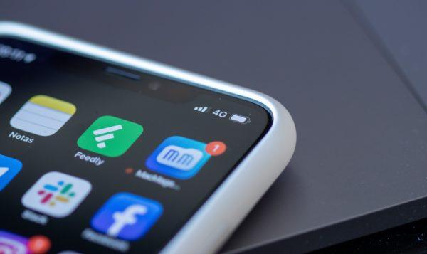 Sinal 4G em iPhone com ícone do MacMagazine (close-up)